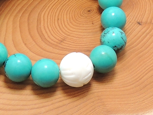 エスニックブレスレット・アジアンパワーストーン シャコガイ(蓮花彫り)AAAA12ミリ ハウライトターコイズ(ブルー)AAAA(12月誕生日石)10ミリ 魔除・厄除 [サイズ選択可][日本製][送料無料] (11303)